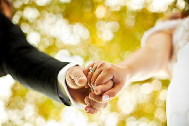 Sposo si apparta con la testimone matrimonio finisce in rissa